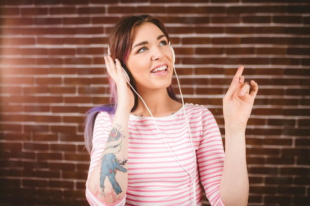 Vrouw luisteren muziek op koptelefoon