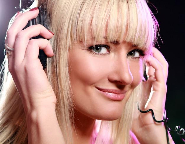 Vrouw luisteren muziek