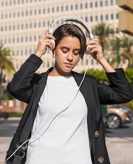 Vrouw luisteren naar muziek op koptelefoon