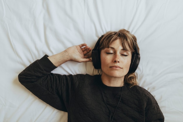 Vrouw luistert naar muziek tijdens quarantaine van het coronavirus