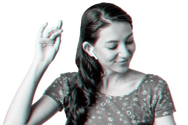 Vrouw luistert naar muziek via draadloze oortelefoons in dubbel kleurbelichtingseffect