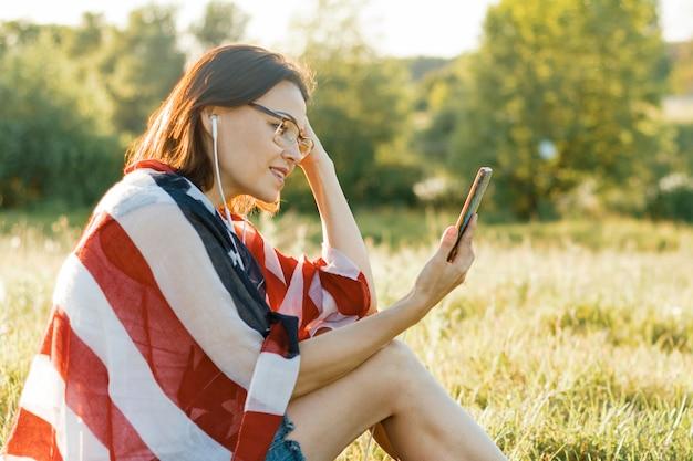 Vrouw luistert naar muziek