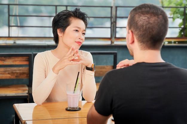 Vrouw luistert naar pratende vriend
