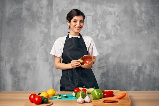 Vrouw lunch thuis vegetarische voedselsalade