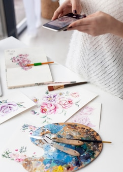 Vrouw maakt een vlog van haar schilderijen