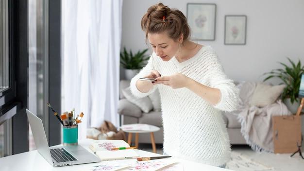 Vrouw maakt een vlog van haar tekeningen