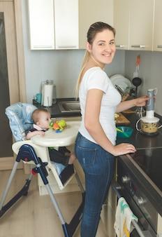 Vrouw maakt eten klaar voor haar zoontje van 9 maanden