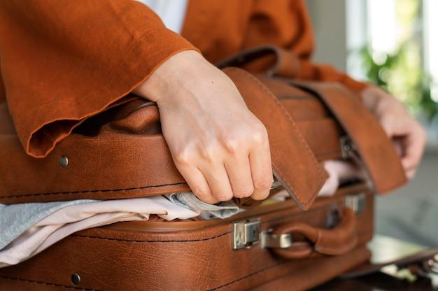 Vrouw maakt haar bagage voor de volgende vakantie