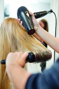 Vrouw maakt haar haar in schoonheidscentrum