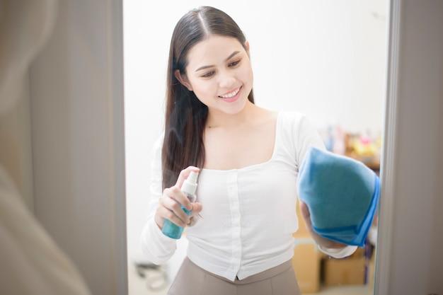 Vrouw maakt huis met alcoholnevel schoon