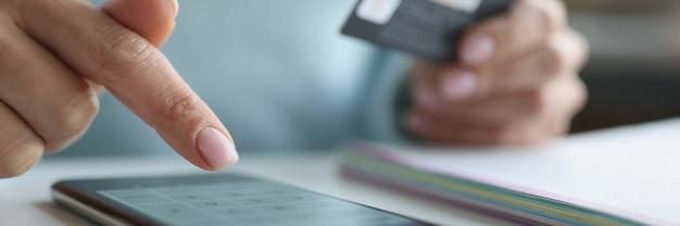 Vrouw maakt online betalingen via smartphone. online betaling per bankpasconcept