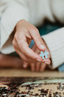 Vrouw maakt puzzel tijdens zelfquarantaine Premium Foto