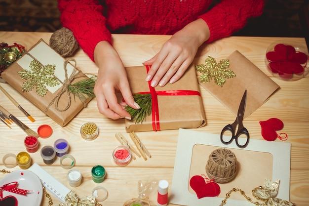 Vrouw maakt stijlvolle kerstcadeaus