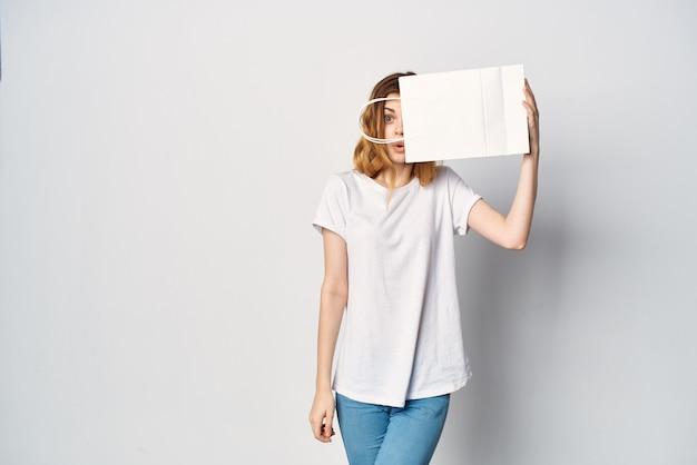 Vrouw maakt t-shirts met pakket in handen entertainment winkelen. hoge kwaliteit foto