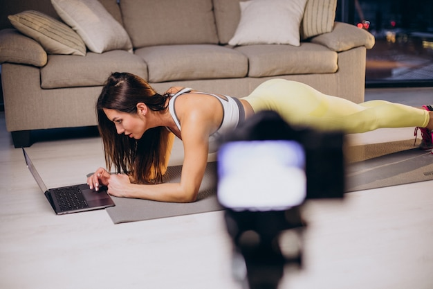 Vrouw maakt video van training thuis at