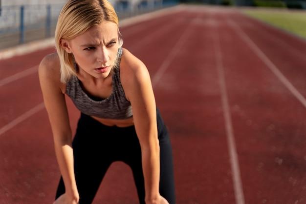 Vrouw maakt zich klaar om te rennen