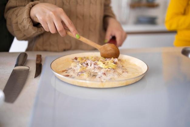 Vrouw maaltijd bereiden in de keuken