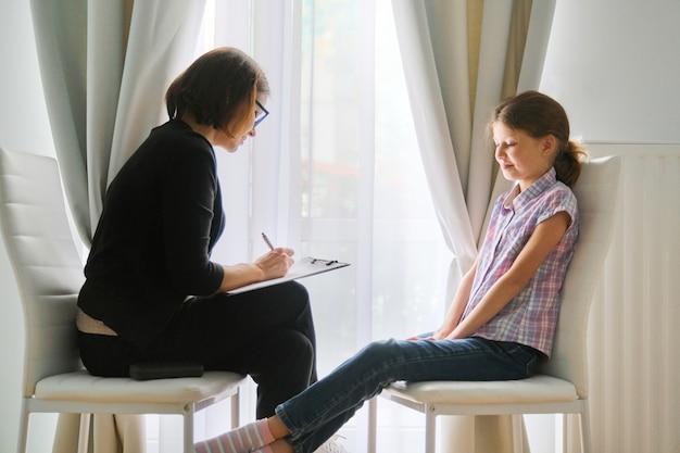 Vrouw maatschappelijk werker praten met meisje. kinderpsychologie, geestelijke gezondheid