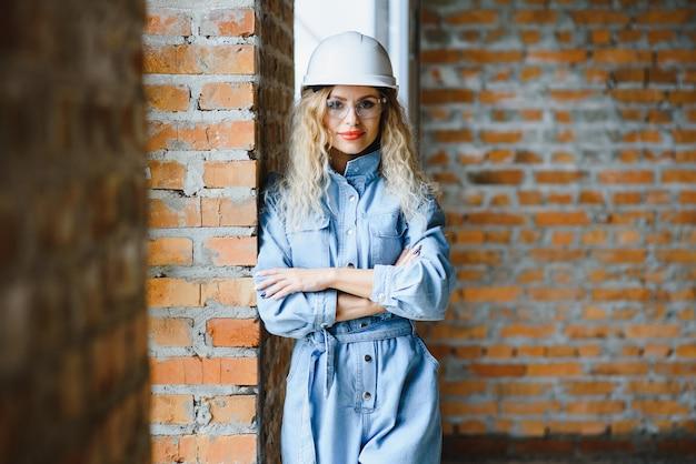 Vrouw magazijnmedewerker. vrouwenbouwer in bouwvakker