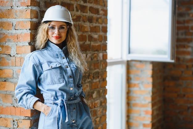 Vrouw magazijnmedewerker. vrouwenbouwer in bouwvakker.