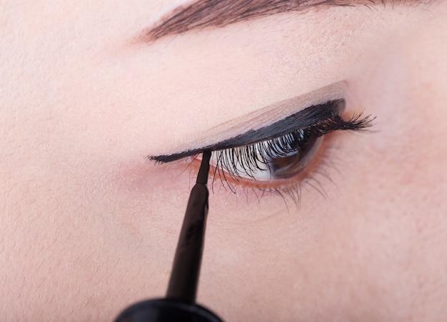 Vrouw make-up met zwarte eyeliner