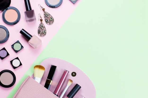 Vrouw make-up producten en accessoires op pasteltafel