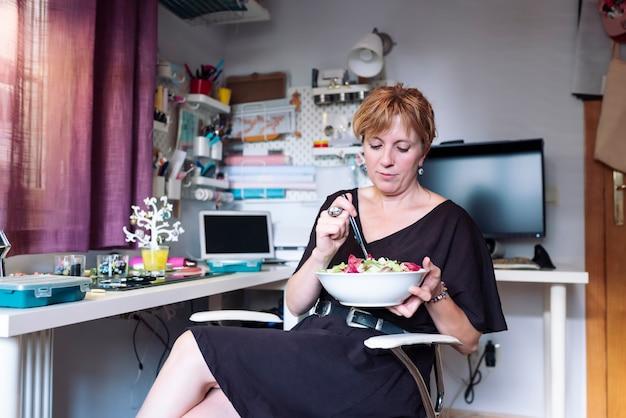 Vrouw maken van vakmanschap, polymeerklei en zilveren sieraden in de werkplaats.