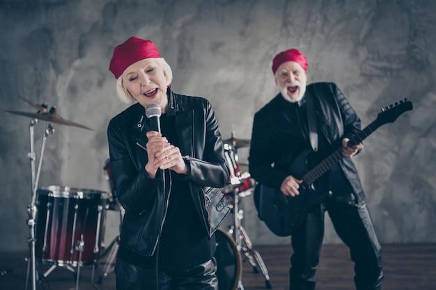 Vrouw man gepensioneerd dame man rock beroemde groep uitvoeren concert zingen