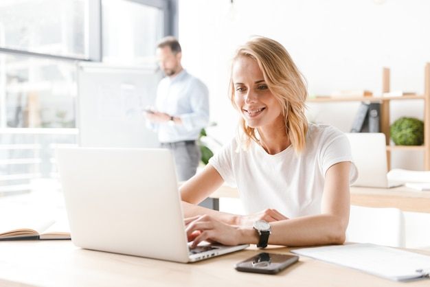 Vrouw manager die op laptop computer werkt
