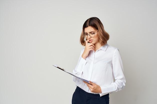 Vrouw manager in pak documenteert officieel werk