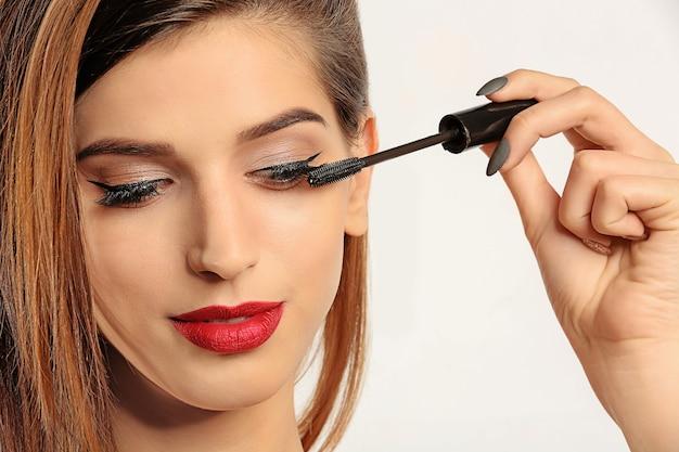 Vrouw mascara op haar wimpers toe te passen