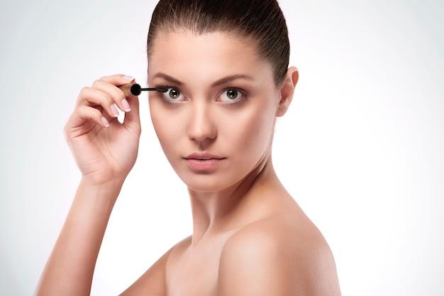 Vrouw mascara op wimpers toe te passen