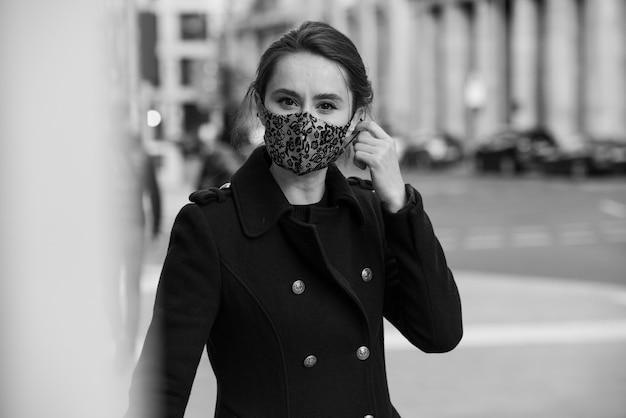 Vrouw masker wandelen in stad portret model persoon jonge schoonheid mode zwarte outfit