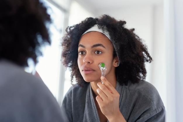 Vrouw masseren gezicht close-up