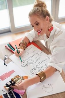 Vrouw matcht materialen met projecten