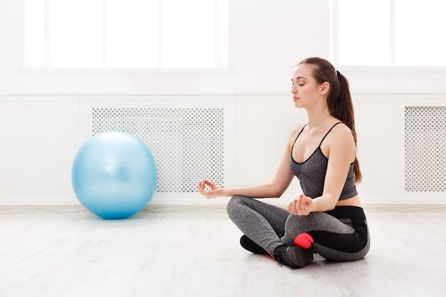 Vrouw mediteren binnenshuis