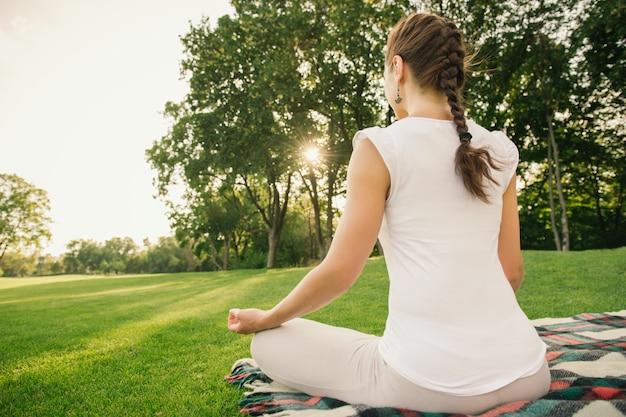 Vrouw mediteren buiten