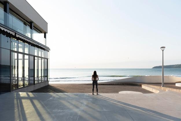 Vrouw mediteren in de buurt van het strand
