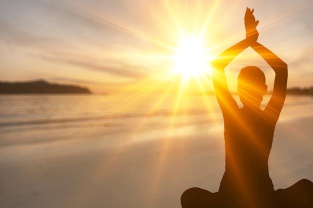 Vrouw mediteren in yoga vrouw op zee achtergrond