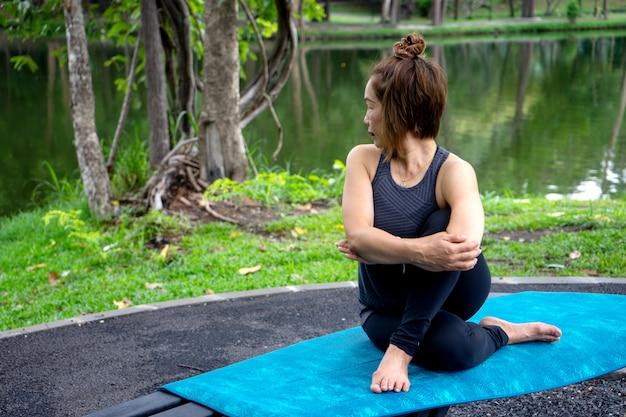 Vrouw meer dan 50 jaar oud die yoga beoefent