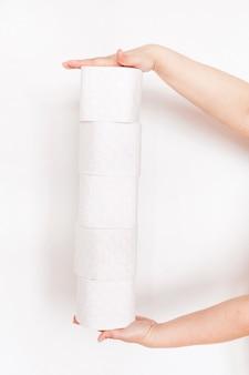 Vrouw, meisje, man met wc-papierrollen, huis, benodigdheden