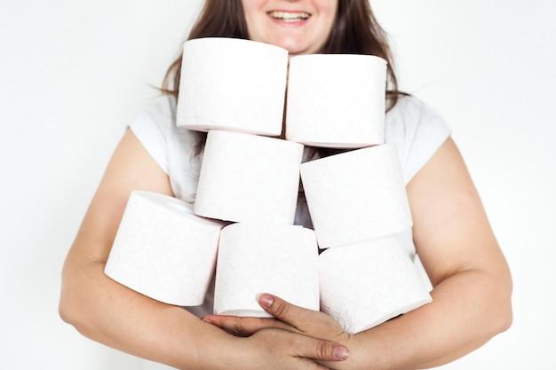Vrouw, meisje, man met wc-papierrollen, huis, leveranties