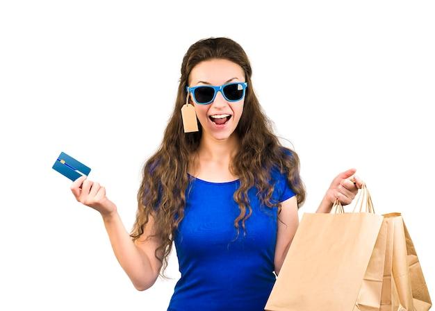 Vrouw met aankopen en creditcard op geïsoleerde witte achtergrond