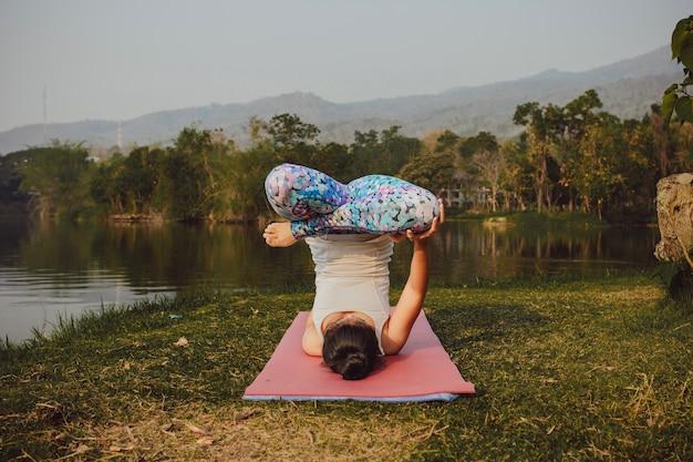 Vrouw met acrobatische yoga pose