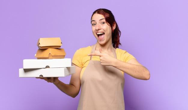 Vrouw met afhaalmaaltijden voor fastfood