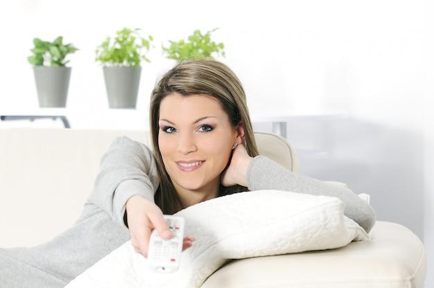 Vrouw met afstandsbediening
