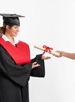 Vrouw met afstuderen diploma