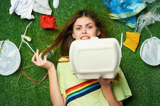 Vrouw met afval, sorteren van afval, afvalemissies in de natuur
