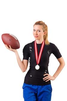 Vrouw met amerikaanse voetbal die op wit wordt geïsoleerd