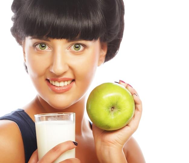Vrouw met appel en melk close-up